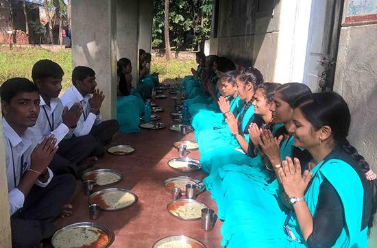 08-offering-prayer-before-food